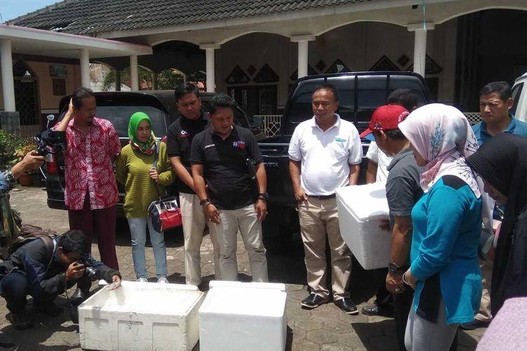 Dinas Kesehatan beserta Dinas Pertanian dan Perikanan Kota Tasikmalaya membagikan ikan cupang yang dinilai efektif memberantas sarang jenting nyamuk penyebab penyakit DBD, Kamis (13/2/2020).