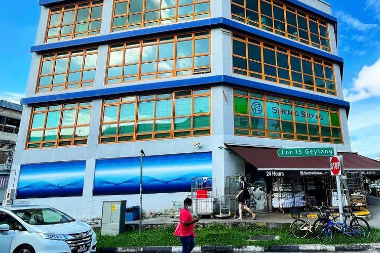 Supermarket Sheng Siong yang berada di Red Light Distrik, Lorong 15 Geylang, terlihat lenggang, Sabtu sore (22/5/2021). Singapura saat ini sedang berada dalam status lockdown parsial sejak 16 Mei 2021 setelah melonjaknya kasus infeksi lokal Covid-19