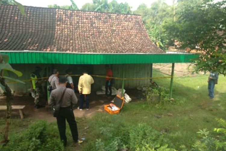 Polisi memasang garis polisi dan melakukan pemeriksaan di rumah korban, Jasmin (35), di Desa Nglandeyan, Kecamatan Kedungtuban, Kabupaten Blora, Jawa Tengah, Kamis (18/4/2019).?