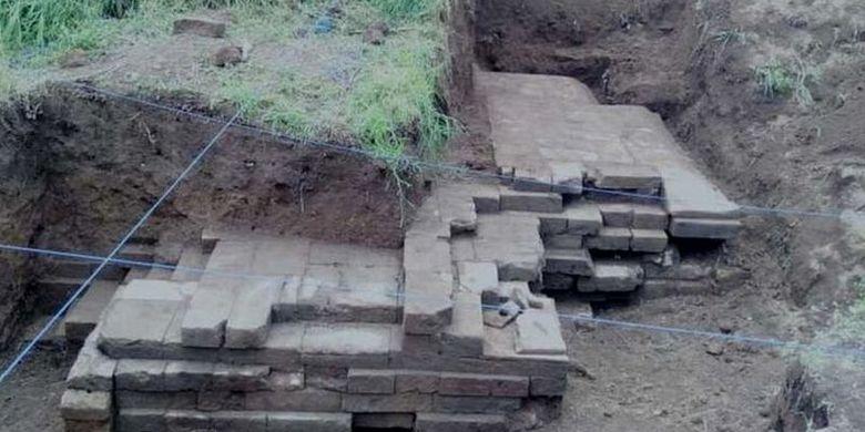 Struktur candi itu ditemukan di kedalaman dua meter oleh seorang warga setempat saat menggali tanah untuk membuat septic tank.