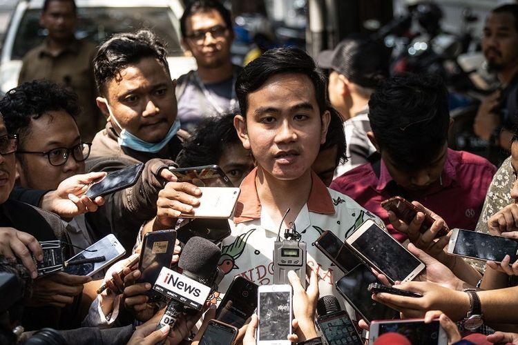Putra Presiden Joko Widodo, Gibran Rakabuming Raka (tengah) didampingi Sekjen PDIP Hasto Kristiyanto (kiri) menjawab pertanyaan wartawan seusai melakukan pertemuan tertutup dengan Ketum PDIP Megawati Soekarnoputri di kediaman Megawati di Jalan Teuku Umar, Menteng, Jakarta, Kamis (24/10/2019). Pertemuan tersebut membahas pencalonan dirinya sebagai bakal calon Wali Kota Solo. ANTARA FOTO/Aprillio Akbar/hp.