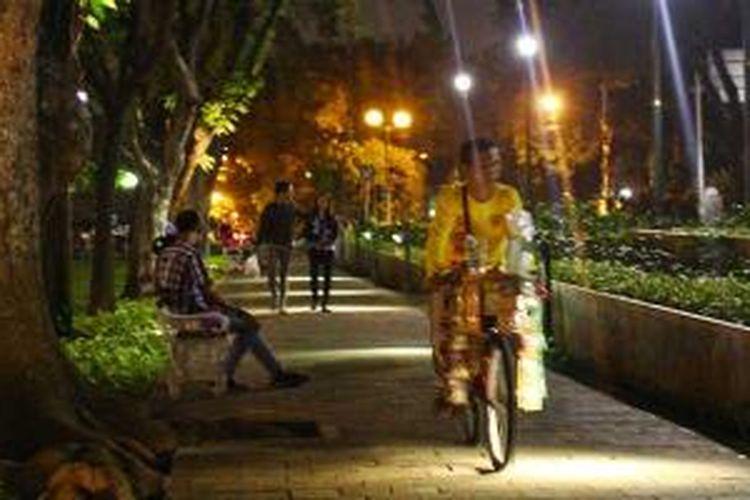 Suasana Taman Suropati di malam hari.