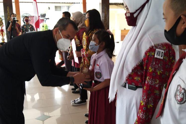 Bupati Wonogiri Joko Sutopo memberikan penghargaan bagi seorang siswa SD yang berprestasi dalam Wonogiri Innovation Awards 2020 di Pendopo Pemkab Wonogiri, Rabu (16/12/2020)