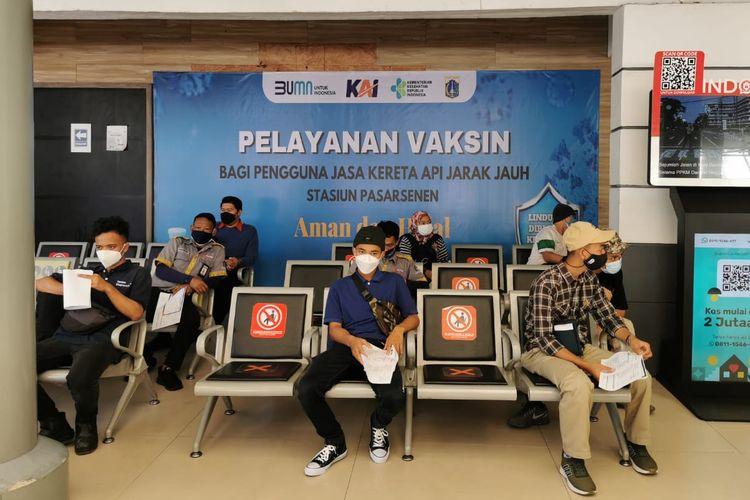 Penumpang KA di salah satu stasiun PT KAI Daop 1 Jakarta.