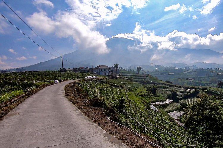 Pemandangan Gunung Merbabu di Tol Kahyangan Magelang.