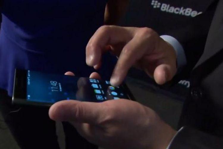 BlackBerry Priv yang didemokan oleh CEO BlackBerry John Chen.