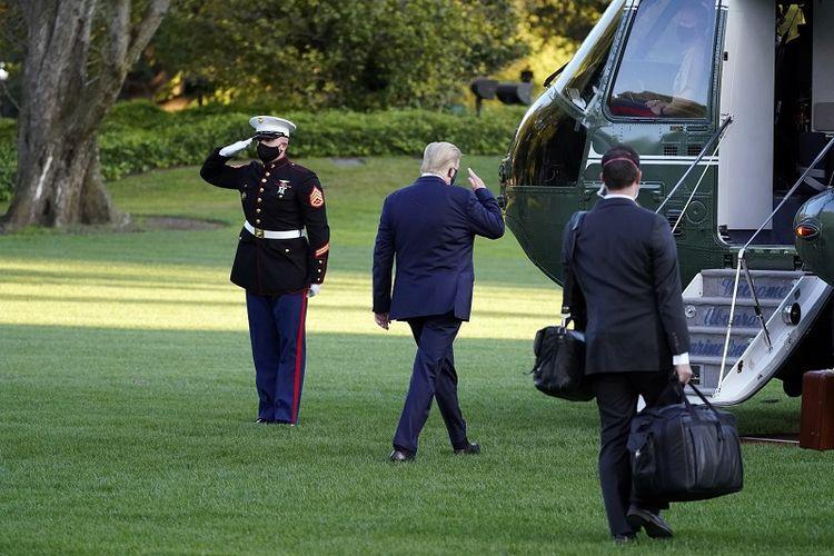 Presiden Donald Trump memberi hormat ketika dia naik Marine One, meninggalkan Gedung Putih untuk pergi ke Pusat Medis (RS) Militer Nasional Walter Reed setelah dia dinyatakan positif Covid-19, Jumat, 2 Oktober 2020, di Washington.