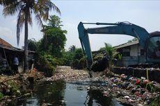 Keroyok Sampah Kali Bahagia, Petugas Angkut 50 Ton Sampah