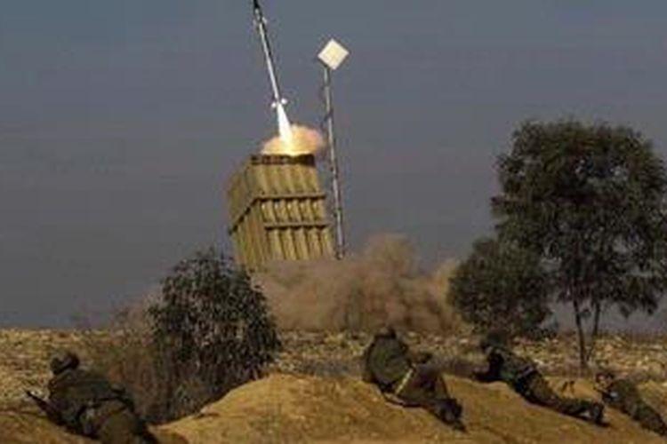 Sejumlah tentara Israel berlindung saat Iron Dome menembakan sebuah rudal terhadap rudal Grad yang diluncurkan dari Jalur Gaza.