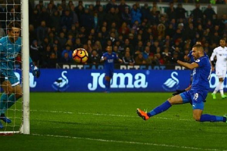 Striker Leicester City, Islam Slimani, gagal mengonversi peluang menjadi gol pada pertandingan Premier League di kandang Swansea City, Minggu (12/2/2017).