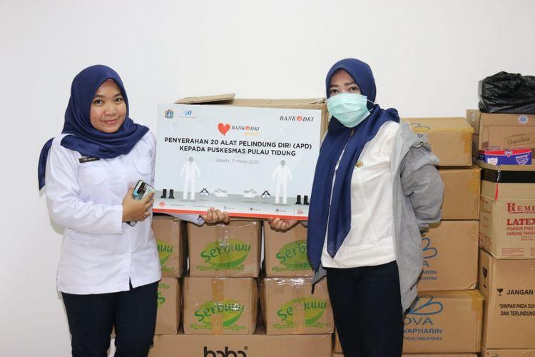 Bank DKI serahkan APD kepada tenaga medis di Pulau Tidung, Kepulauan Seribu, Rabu (1/4/2020)