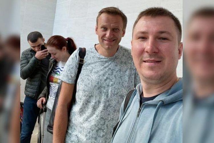 Ilya Ageev mengambil foto Alexei Navalny yang tersenyum di bandara Tomsk, Rusia.