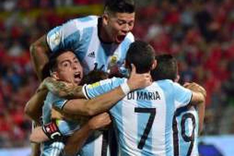Para pemain Argentina merayakan gol ke gawang Cile pada laga kualifikasi Piala Dunia 2018 zona Amerika Selatan di Estadio Nacional Julio Martinez Pradanos, Jumat (25/3/2016).