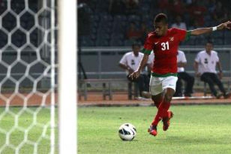 Pemain Indonesia Yabes Roni Malaifani mencetak gol kedua Indonesia ke gawang Filipina dalam pertandingan kualifikasi Piala Asia U-19 di Stadion Utama Gelora Bung Karno, Jakarta, Kamis (10/10/2013). Timnas Indonesia mengalahkan Filipina 2-0.