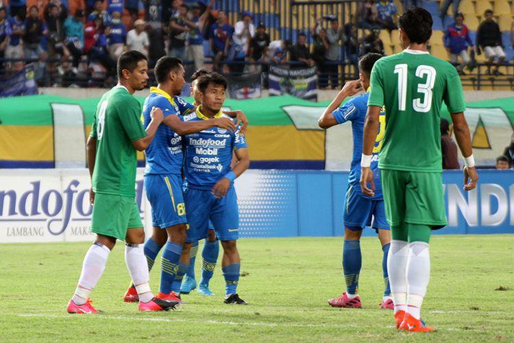 Winger Persib Bandung, Ghozali Siregar (tengah), seusai mencetak gol ke gawang Melaka United saat kedua tim beruji tanding di Stadion Si Jalak Harupat, Sabtu (1/2/2020).