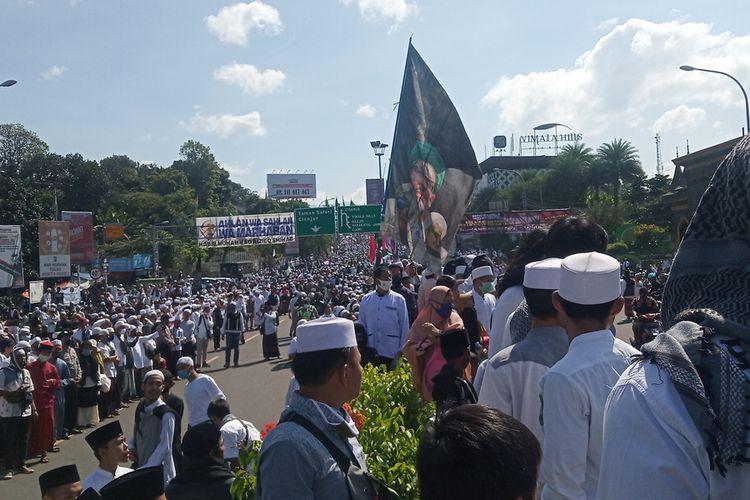 Kawasan Puncak Bogor Jawa Barat dipadati jemaah simpatisan dari Front Pembela Islam (FPI) dalam menyambut kedatangan Rizieq Syihab pada Jumat (13/11/2020).