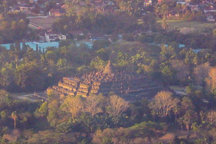 Candi Borobudur dilihat dari Puncak Surloyo, Kulon Progo, DIY dari jarak sekitar 4,96 kilometer.