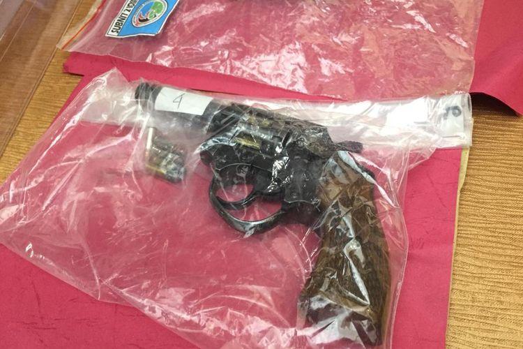 Barang bukti senjata api rakitan jenis revolver kaliber 22 yang diamankan Polresta Denpasar
