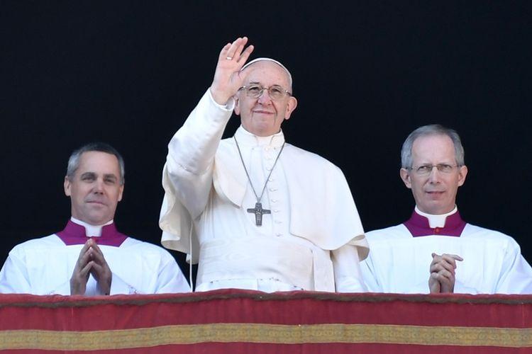 Paus Fransiskus (tengah) memberkati Roma dan dunia, serta memberikan pesan Natal Urbi et Orbi di Basilika Santo Petrus, Vatikan, Senin (25/12/2017).