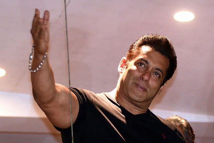 Aktor Bollywood Salman Khan melambaikan tangan kepada para penggemarnya yang berkumpul di depan rumahnya di Mumbai, Sabtu (7/4/2018). Ia dibebaskan dengan jaminan dari penjara Jodhpur dalam perkara pembunuhan satwa yang dilindungi.