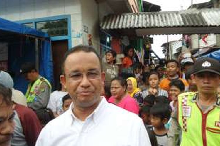 Calon gubernur DKI Jakarta Anies Baswedan saat menyapa warga di Tambora, Jakarta Barat, Senin (14/11/2016).