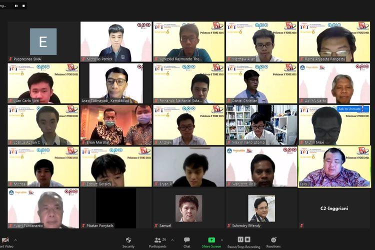Tujuh belas siswa dari berbagai SMA menjadi wakil Indonesia dalam ajang Olimpiade Informatika Asia-Pasifik atau Asia Pacific Informatics Olympiad (APIO) yang berlangsung secara daring tanggal 21-26 Mei 2021.