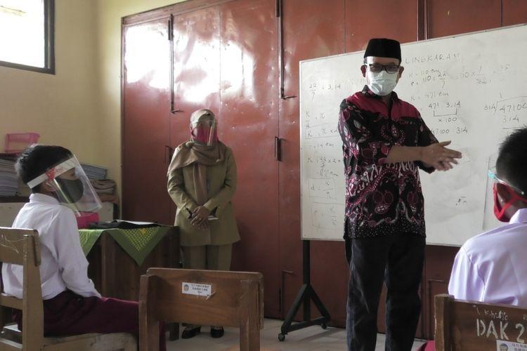 Bupati Banyumas Achmad Husein meninjau uji coba pembelajaran tatap muka di SD Negeri Panembangan, Kecamatan Cilongok, Kabupaten Banyumas, Jawa Tengah, Selasa (20/10/2020).