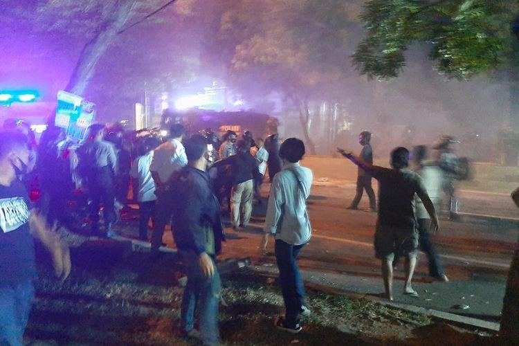 Aksi unjuk rasa tolak omnibus law berakhir ricuh antara mahasiswa dengan polisj