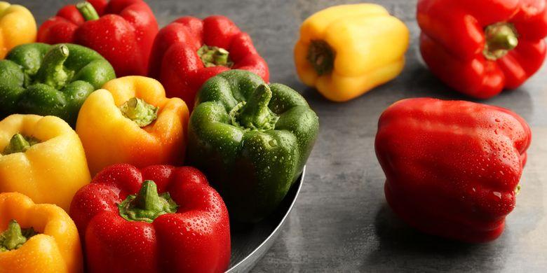 Ilustrasi paprika kuning, hijau, dan merah.