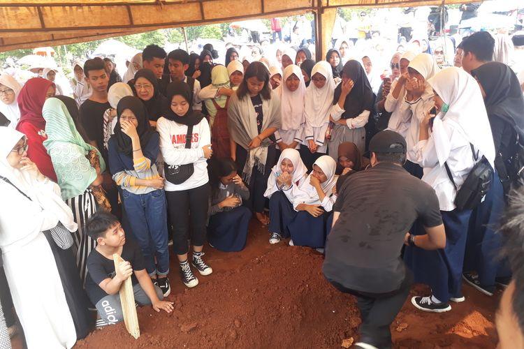 Suasana pemakaman siswi SMPN 147 Jakarta berinisial SN di TPU Pondok Ranggon, Jakarta Timur, Jumat (17/1/2020), yang tewas usai lompat dari lantai 4 gedung sekolahnya.