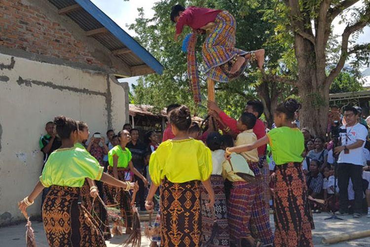 Tari-tarian dan permainan tradisional yang ditampilkan saat festival seni dan budaya di halaman SDI Habibola, Kecamatan Doreng, Kabupaten Sikka, Nusa Tenggara Timur, Selasa (13/8/2019).