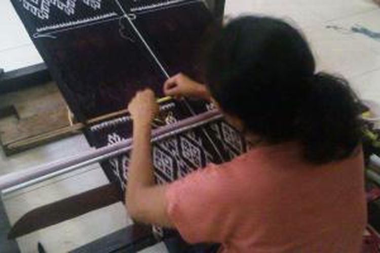 Seorang pengrajin tenun ikat di Ina Ndao sedang menenun kain motif Rote, Senin (12/05/2014)