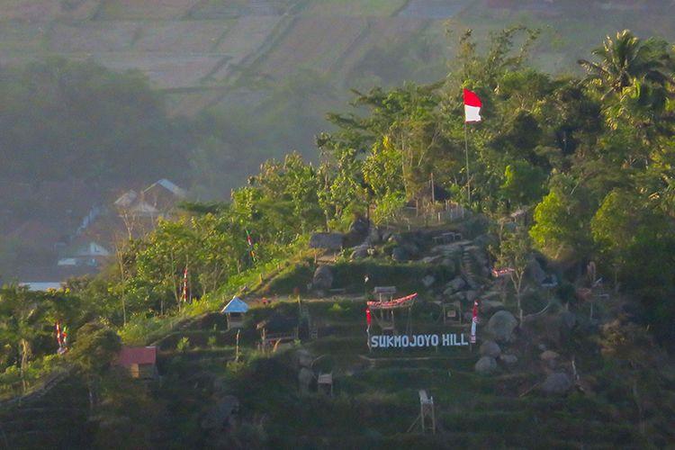 Punthuk Sukmojoyo dilihat dari Puncak Suroloyo yang berjarak sekitar 1,91 kilometer.
