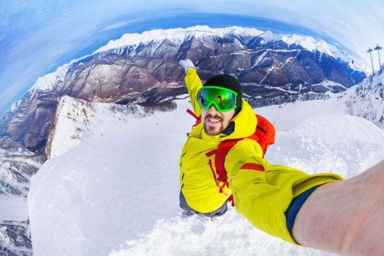Selfie di puncak gunung