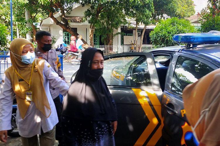 Seorang warga lansia dijemput mobil polisi oleh petugas tenaga kesehatan dan Bhabinkamtibmas dengan mobil polisi ke Posko PPKM Mikro Kelurahan Kejambon, Tegal Timur, Kota Tegal, Jawa Tengah, Senin (14/6/2021)