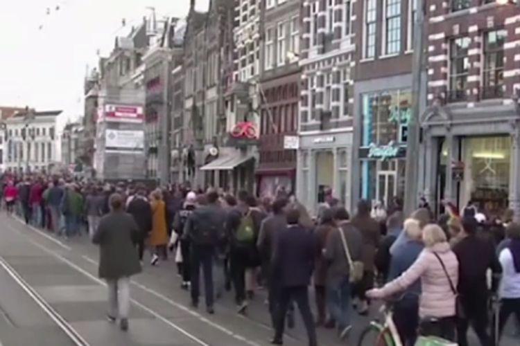Aksi itu dilakukan sebagai bentuk solidaritas kepada dua pria gay yang dipukuli hingga terluka parah, pada akhir pekan lalu di Kota Arnhem, di timur Belanda.