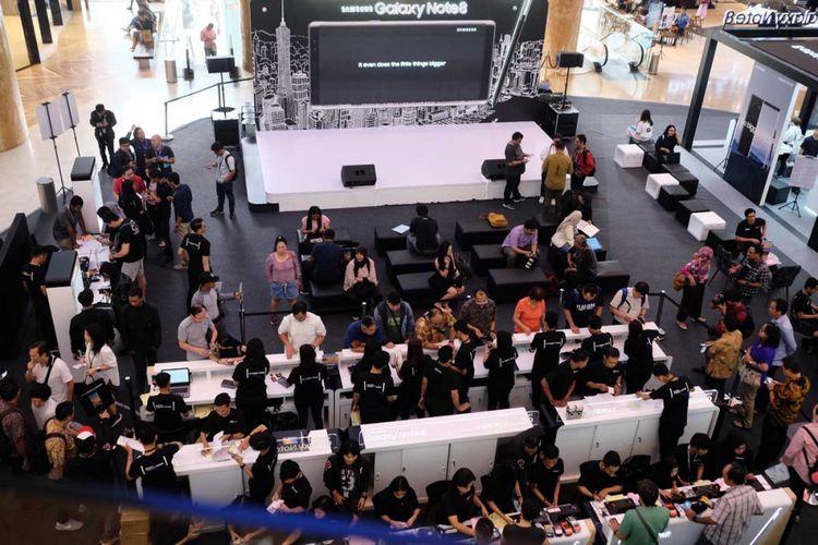 Suasana penjualan perdana Samsung Galaxy Note 8 di Lotte Avenue, Jakarta, Jumat (29/9/2017)