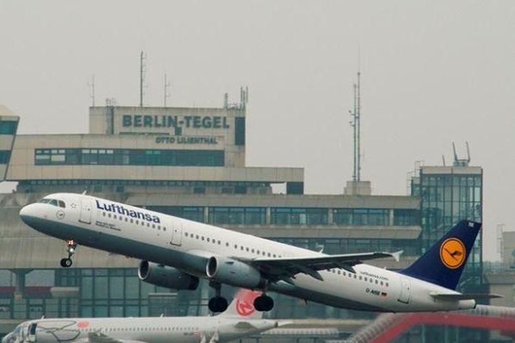 Sebuah pesawat milik maskapai penerbangan Lufthansa lepas landas dari bandara internasional Tegel, Berlin beberapa waktu lalu.