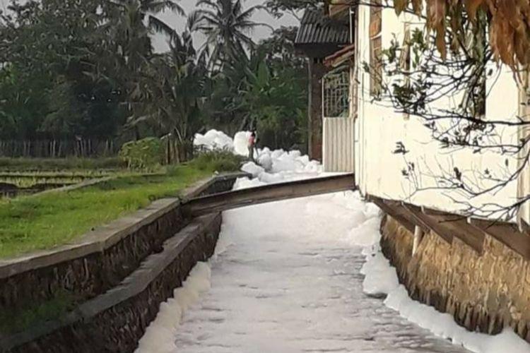 Sungai di Desa Sokaraja Kulon, Kecamatan Sokaraja, Kabupaten Banyumas, Jawa Tengah, dipenuhi busa, Selasa (1/12/2020).