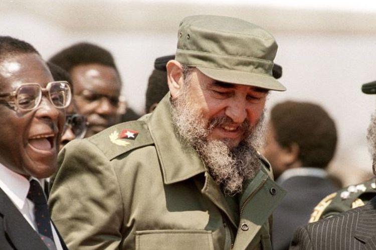 Mendiang Pemimpin Kuba, Fidel Castro, ketika bersama mantan Presiden Zimbabwe, Robert Mugabe (kanan).