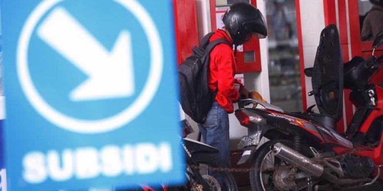 Ilustrasi: Pengendara sepeda motor mengisi bahan bakar minyak (BBM) bersubsidi ke kendaraannya di Stasiun Pengisian Bahan Bakar untuk Umum (SPBU) 34.10102 di jalan KH. Hasyim Ashari, Jakarta beberapa waktu lalu.