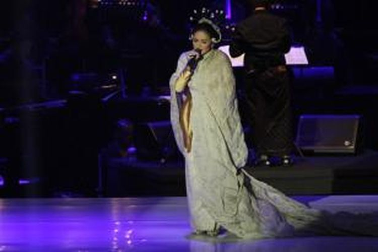 Krisdayanti menjadi bintang tamu kejutan dalam konser Satu Indonesia: Salute to Guruh Soekarno Putra, di Plenary Hall, Jakarta Convention Center, Senayan, Jakarta, Rabu (26/11/2014) malam.
