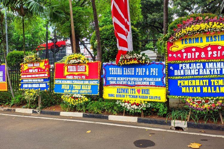 Karangan bunga dukungan interpelasi memenuhi halaman depan kantor DPRD DKI Jakarta, Jumat (3/9/2021)
