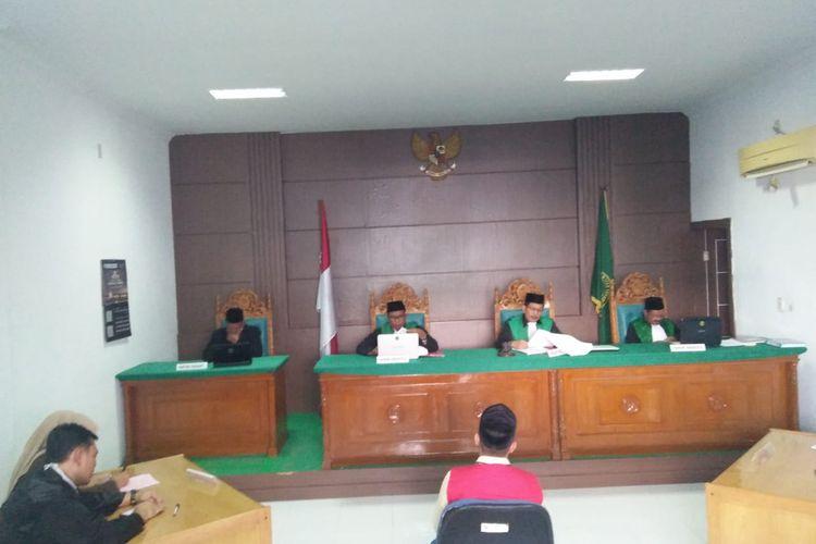 Terdakwa MY, dalam kasus pencabulan di Mahkamah Syariah Lhokseumawe, Kamis (30/1/2020)