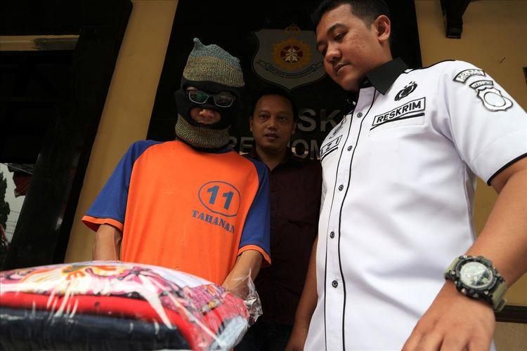 Pelaku pencabulan terhadap seorang guru les privat, saat dimunculkan dalam gelar perkara kasus di Mapolres Jombang Jawa Timur, Rabu (10/7/2019).