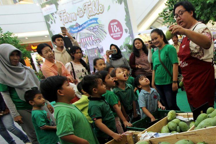Anak-anak belajar tentang sayuran dan buah lokal di acara Farm to Table yang diadakan di mal AEON BSD, Tangerang.