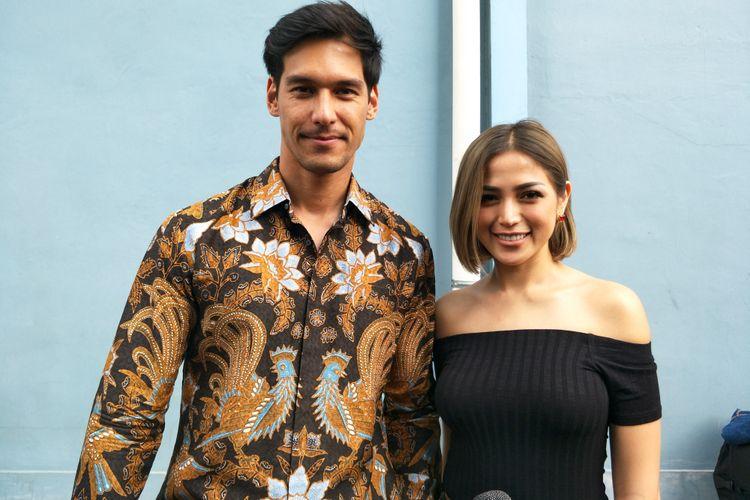 Artis peran yang juga pembawa acara Jessica Iskandar bersama kekasihnya, Richard Kyle saat diabadikan di Gedung Trans TV, Jakarta Selatan, Selasa (2/10/2018).