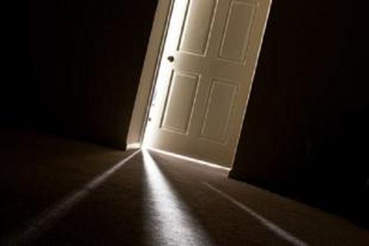 Pintu bergerak tanpa ada angin di sekitar rumah, kemungkinan karena perubahan temperatur dan tekanan udara serta ukuran yang tak pas.