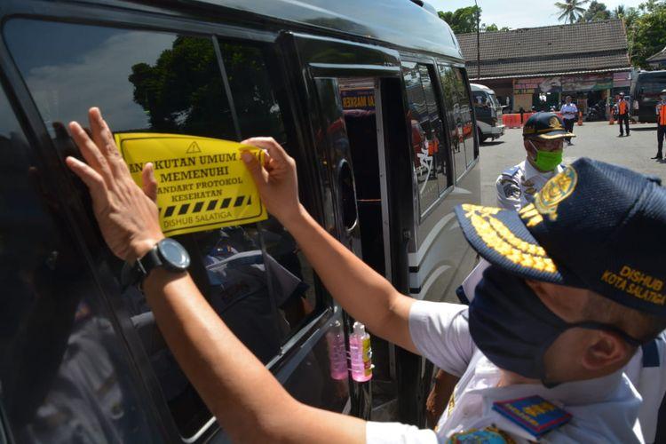 Angkutan umum di Kota Salatiga yang memenuhi protokol kesehatan ditempeli stiker.
