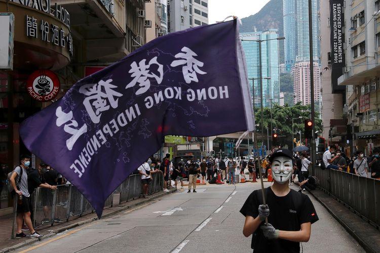 Seorang demonstran pro-demokrasi Hong Kong membawa bendera bertuliskan Kemerdekaan Hong Kong, dalam gelombang protes menentang UU Keamanan Nasional yang hendak diterapkan China. Foto diambil pada 24 Mei 2020.